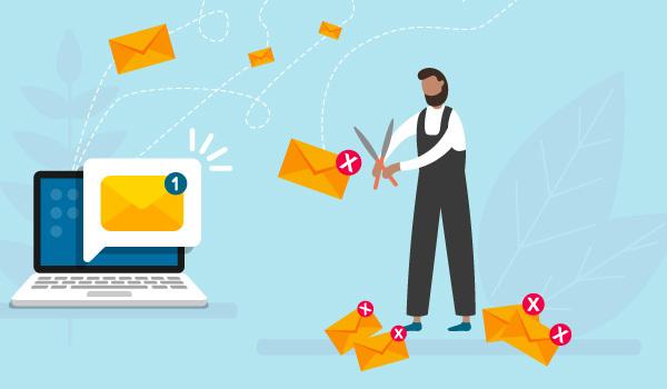 Ein Marketingspezialist pflegt seine E-Mail-Liste, indem er nicht funktionierende E-Mail-Adressen aus seinem Verteiler entfernt.