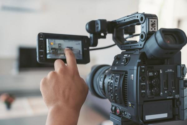 Eine Videokamera mit Touchscreen.