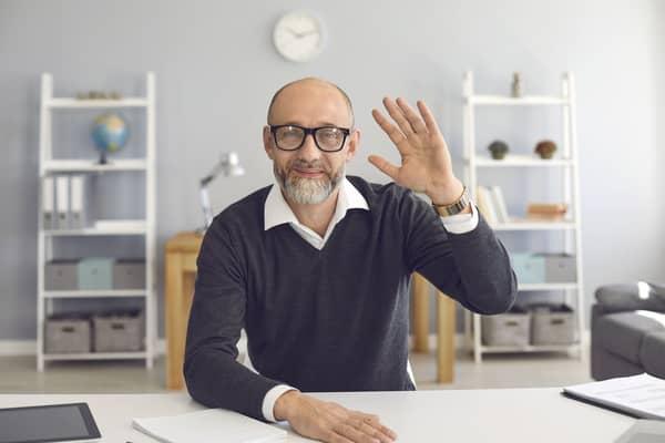 Ein Mann in einem Tutorialvideo begrüßt seine Zuschauer.