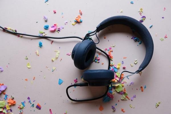 Kopfhörer auf einem Schreibtisch.