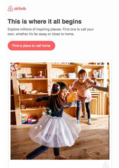 Screenshot einer Willkommens-E-Mail von Airbnb, die spielende Kinder in einer Wohnung zeigt.