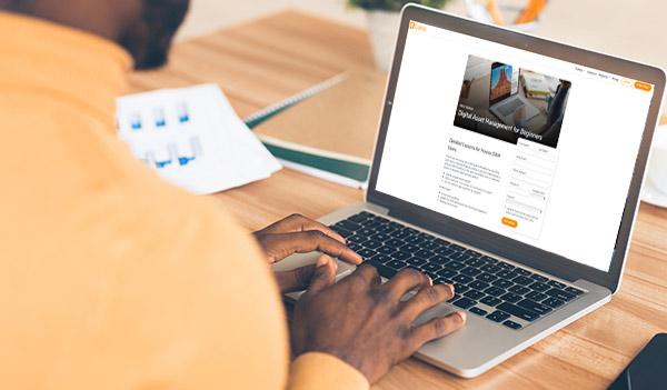 Ein Mann füllt ein Formular zur Erfassung der Kontaktdaten an einem Laptop aus.