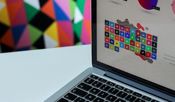 Ein bunter visueller Leitfaden für das Branding wird auf einem Laptop-Bildschirm angezeigt.