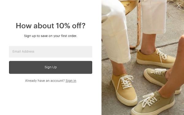 E-Mail-Anmeldeformular von Everlane mit einem Foto von hellbraunen Schuhen, das einen Rabatt von zehn Prozent verspricht.