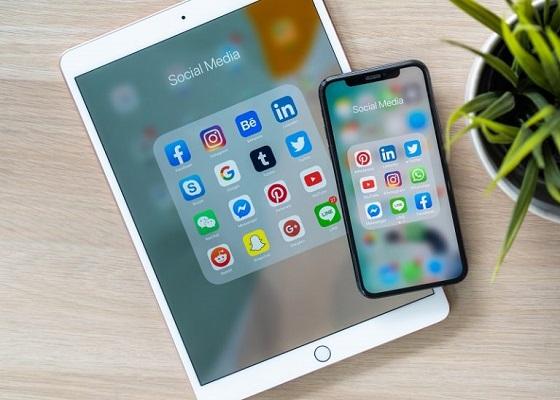 Auf Tablets werden Social Media-Webseiten angezeigt.
