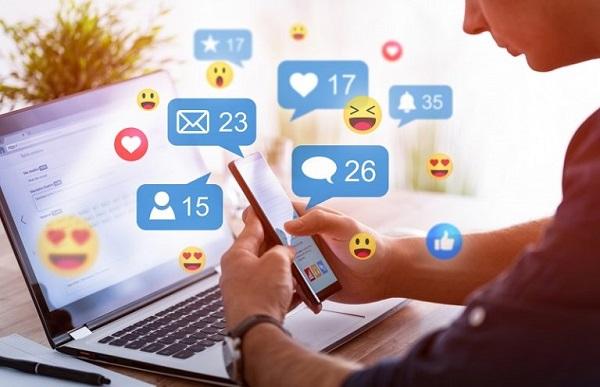 Ein Mann erstellt ein Profil für soziale Medien, wie z. B. für die LinkedIn Marketing-Lösungen.