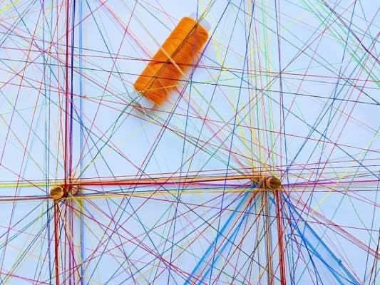 Miteinander verknüpfte Fäden bilden ein Netzwerk, symbolisch für eine effektive LinkedIn-Marketing-Strategie.