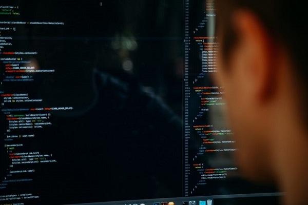 Jemand schreibt Programmcode auf einem Computer.