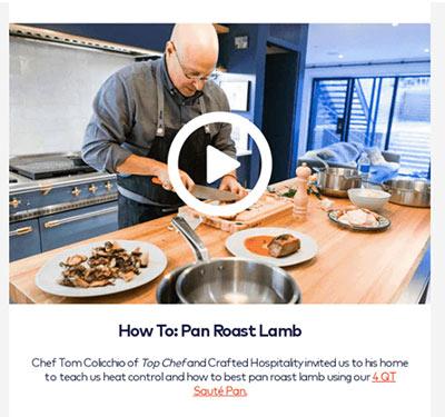 In einem Video einer Marketing-E-Mail brät ein Koch Lammfleisch in einer Pfanne.