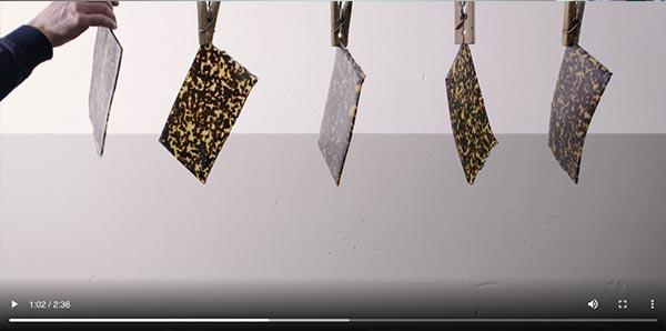 Standbild aus einem Video, das die Kunststoffhärtung in der Fabrik von Warby Parker zeigt.
