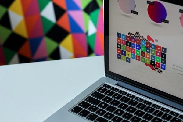 Ein Laptop, auf dem mehrere farbige Bilder angezeigt werden.