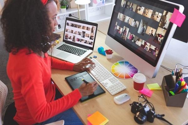 Ein Grafikdesigner durchstöbert digitale Bilder, die er in Adobe Illustrator benutzen möchte.