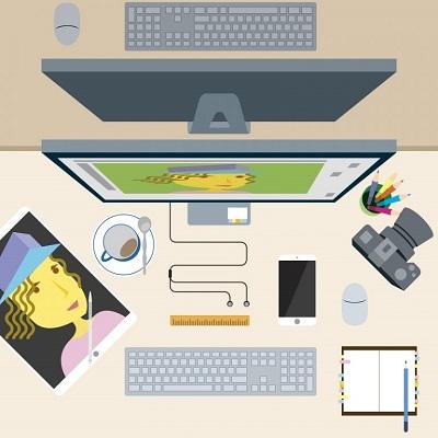 Auf einem Schreibtisch befinden sich ein Computer, eine Kamera und ein Foto.
