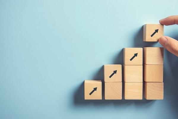 Eine Gruppe von Holzblöcken, die eine Treppe bilden, symbolisch für die Skalierungskriterien in der Digital Asset Management-RFP.