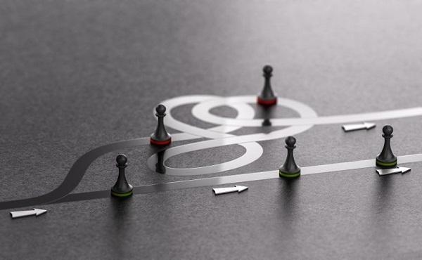 Bauern eines Schachspiels folgen einer verschlungenen und einer geraden Route.