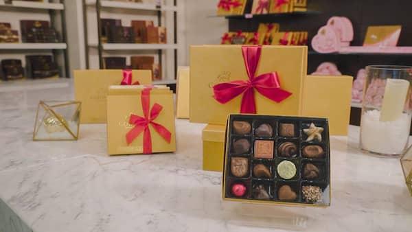 Pralinen von Godiva Chocolatier in den ikonischen goldfarbenen Kartons.