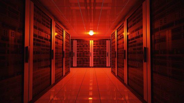 Ein rot ausgeleuchteter Serverraum mit mehreren Servern.