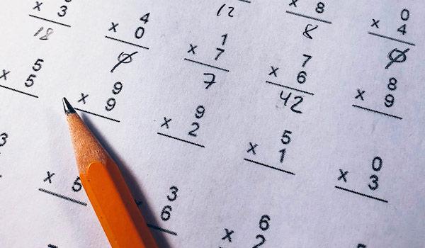 Auf einem Mathematiktest liegt ein Bleistift.