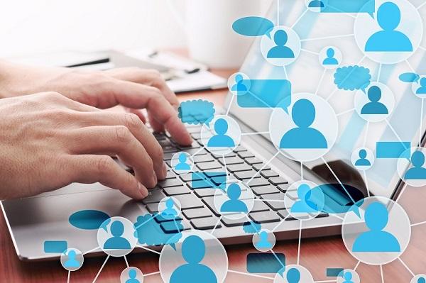 Eine Person benutzt ihren Laptop zum Netzwerken auf LinkedIn.