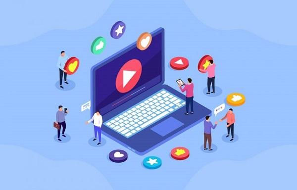 Mehrere Personen arbeiten an einem riesigen Laptop, symbolisch dafür, dass eine Youtube-Marketing-Strategie viele Elemente umfasst.