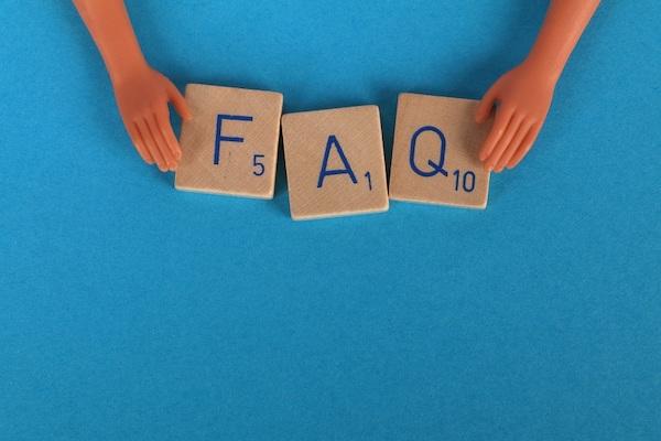 Aus hölzernen Spielsteinen wurde die Abkürzung FAQ gebildet, ein weiterer wichtiger Aspekt für bewährte Vorgehensweisen für Metadaten.