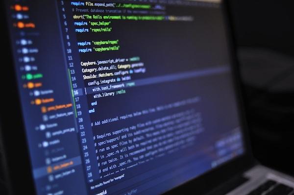 Ein Bildschirm voller Computercode, symbolisch für individuelle Anpassungen für bewährte Vorgehensweisen für Metadaten.