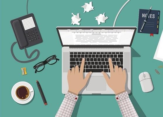 Eine Person verwendet einen Laptop am Schreibtisch, weil sie Microsoft Word benutzen möchte.