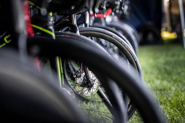 Rennräder mit Reifen der Marke Schwalbe.