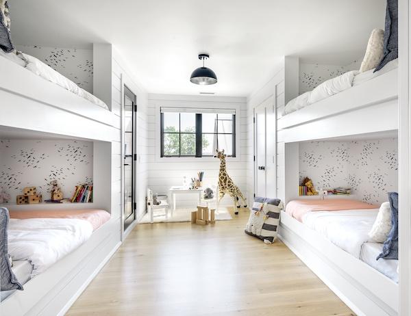 Ein Schlafzimmer mit Doppelstockbetten.